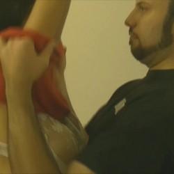 El marido de Gloria le busca un empotrador para que le reviente el culo