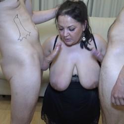 Ronda de mamadas con dos pichones La viuda le va perdiendo el miedo al guarreo.