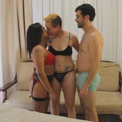 Una sorpresa para Cata y Paco les preparamos un trio con Sara la follaparejas