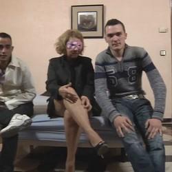 Los amigos lian a Nubia, la madre de un compi del instituto para grabar una escena