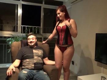 Ruben y Rebeca su pequeña esclavita, al madurito le gusta exhibir a la muñequita.