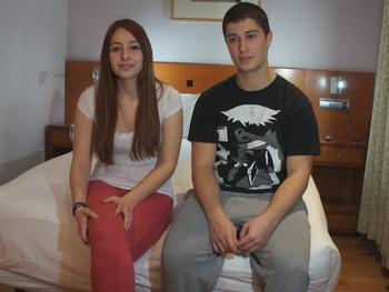 Claudia e Iñaki jovenes amantes se escapan de clase para grabar porno.